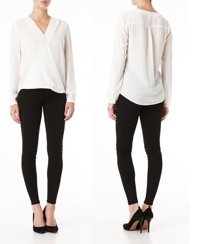 Bra bas i garderoben – vit blus, svarta byxor och pumps