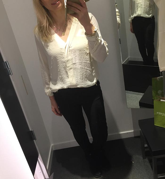 Jag började dagen i Malmö med att äta lunch i en här outfiten. Gräddvit  blus och svarta byxor från H M. 574c3c3ce04da