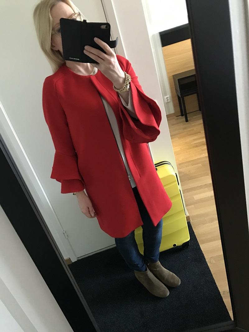 5f0b2e008e7c Jag behöll den röda kappan och det är jag glad för. Blusen under kommer  från Cos.