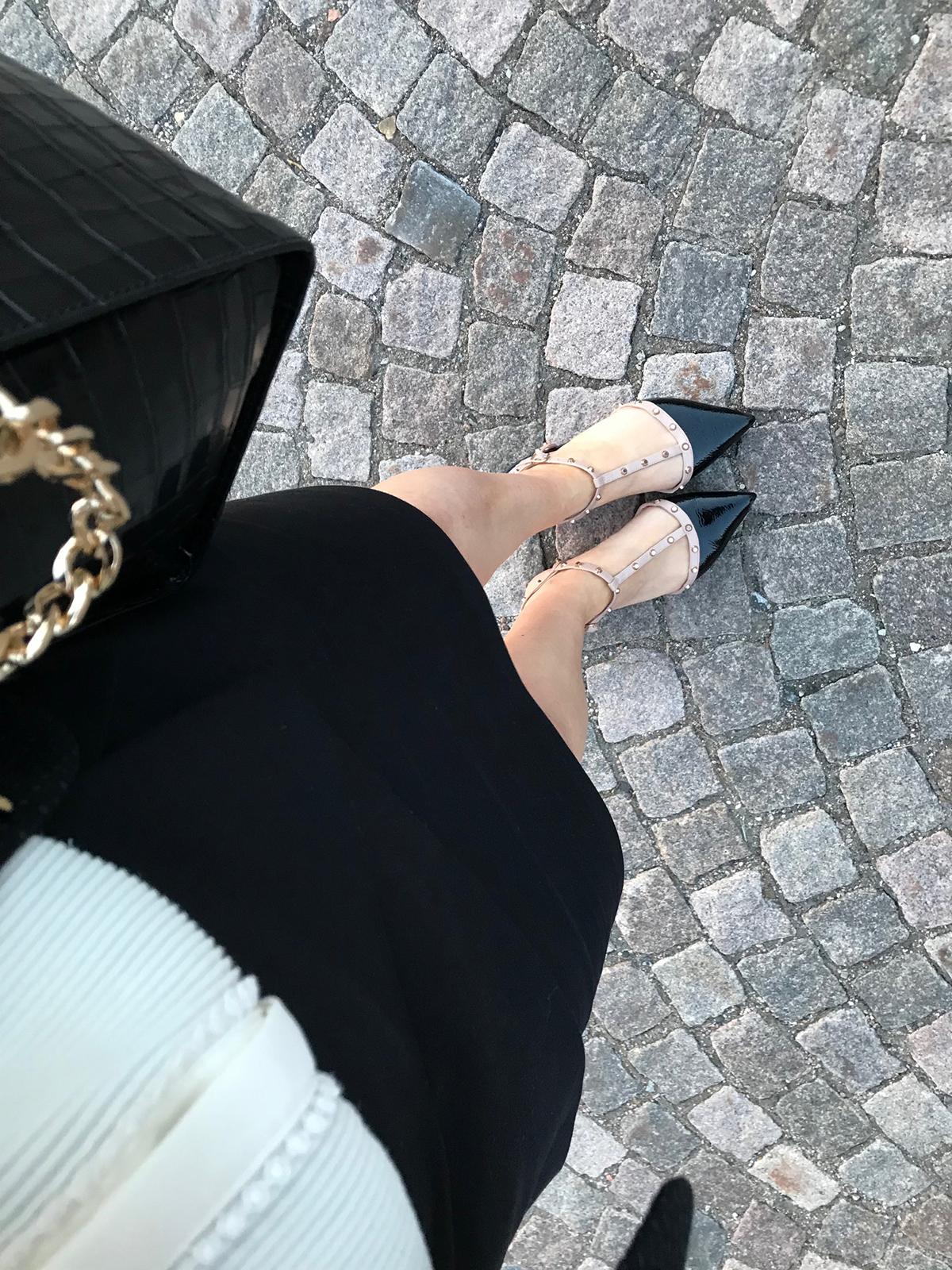 76c2da7e10f Till slut valde jag min välanvända vita blus från H&M, svart kjol från  Zara, skor från Dune London och den krokopräglade väskan från Michael  Michael Kors.