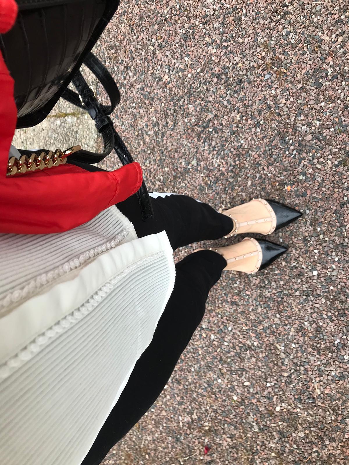 Här syns några av detaljerna från dagens outfit. Jag körde på svart och  vitt med röd jacka eftersom regnet hängde i luften när jag åkte. 181a9a2cd9c87